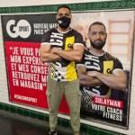 Un homme devant une campagne de communication affichée dans les métros parisiens.