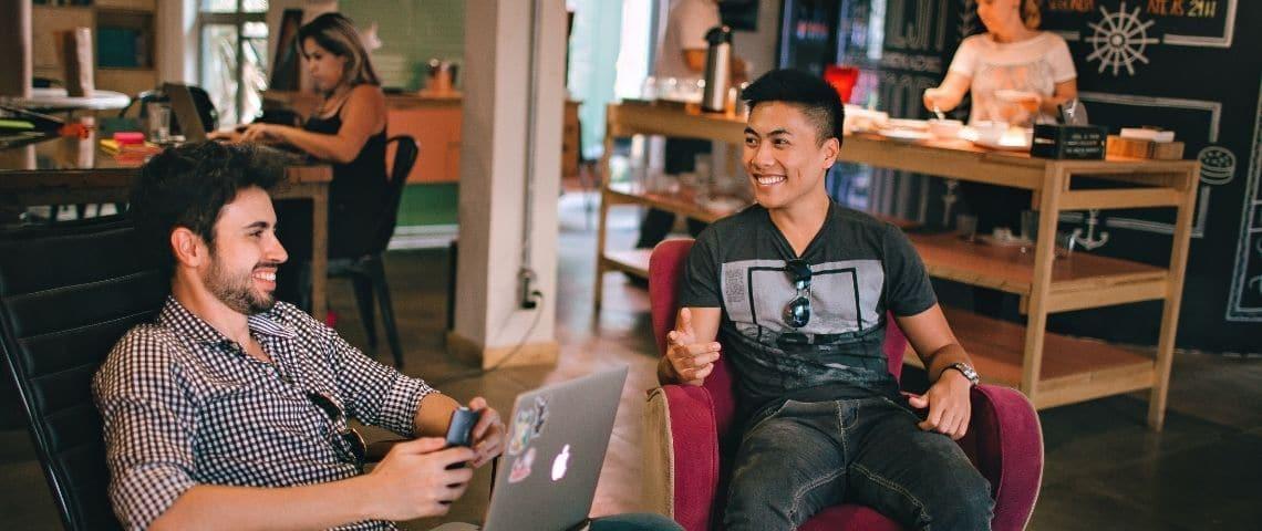 Deux hommes qui travaillent (bureau) et semblent heureux