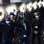 Des femmes et des hommes avec des casques de réalité virtuelle