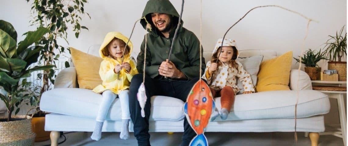 Un papa qui joue avec ses filles