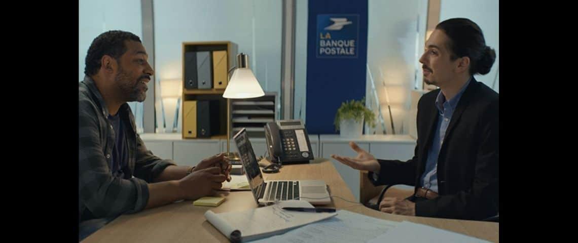 Deux assis à un bureau, l'un en face de l'autre