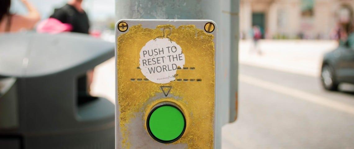 Un bouton  - reset the world -  dans une rue
