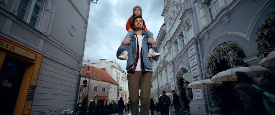 papa avec sa fille sur ses épaules