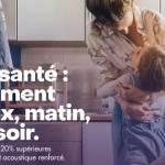 femme portant un enfant dans ses bras dans une cuisine