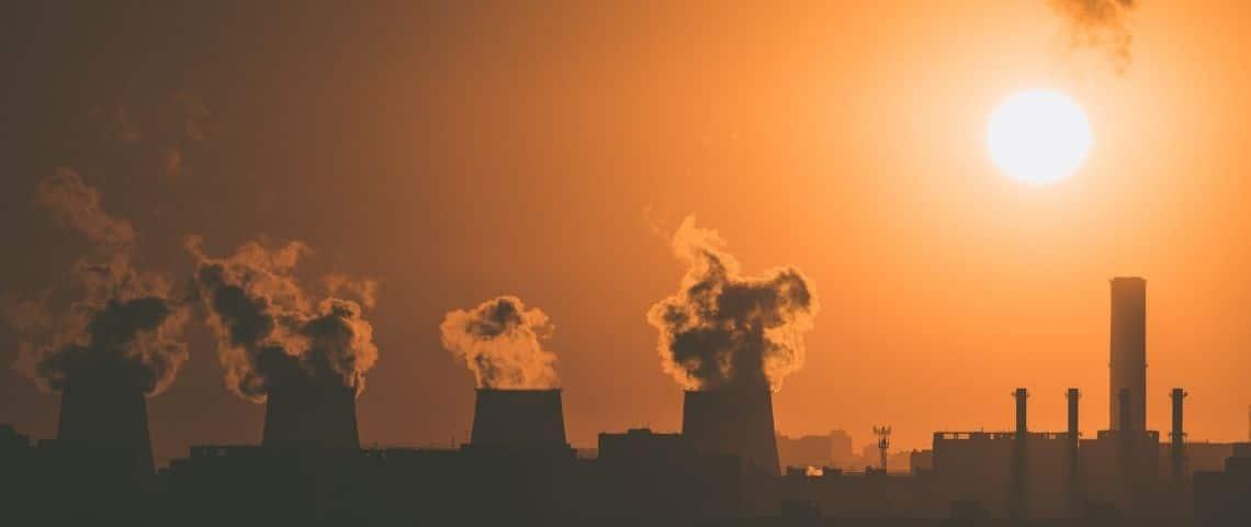 Fumées sortant des cheminées d'usines