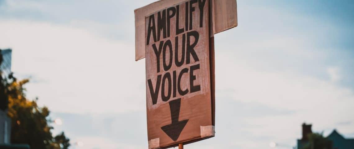 un panneau qui invite les gens à prendre la parole