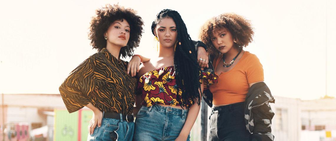 Trois jeunes femmes dans de stenues colorées