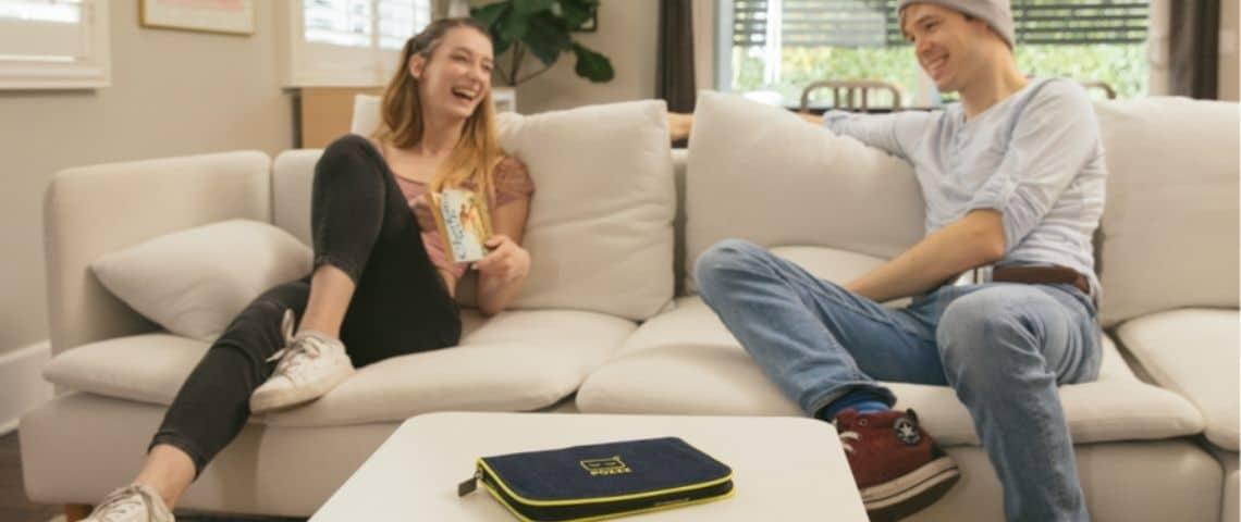 Jeunes assis sur un canapé
