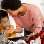 Femme avec 2 enfants devant des écrans
