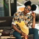 Jeune femme assise avec un bouquet de fleurs jaunes