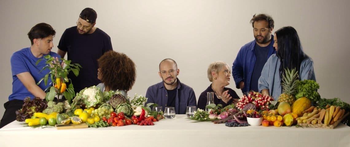 Gens autour d'une table