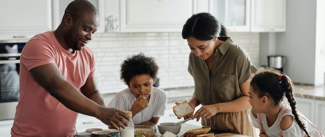 Famille prenant le petit déjeuner