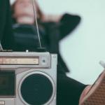 une radio et des pieds sur fond bleu