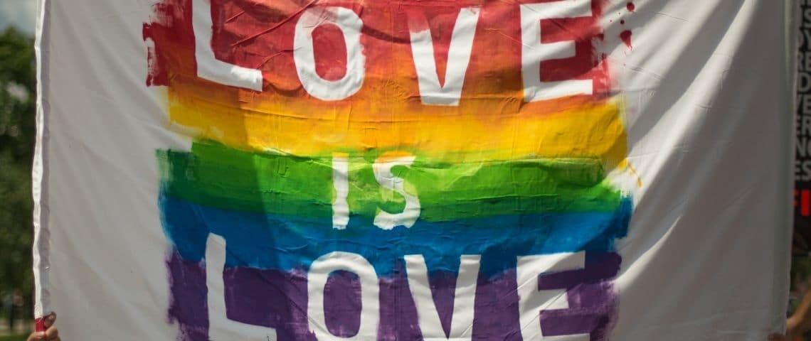 Drapeau LGBT avec le message  - Love is Love -