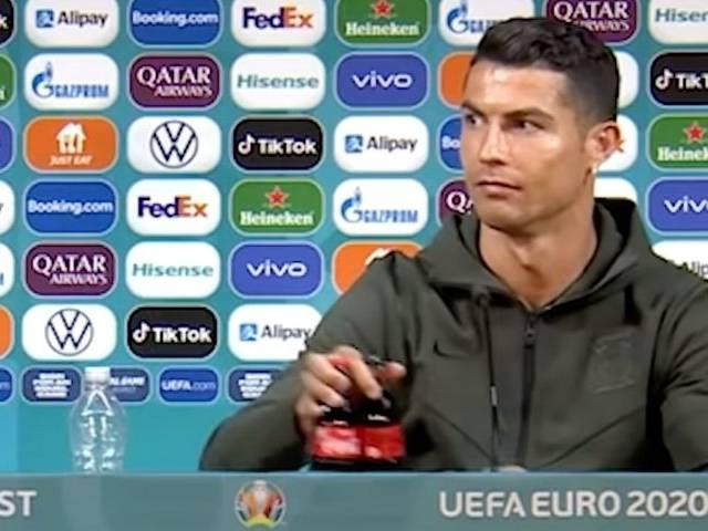 Cristiano Ronaldo enlève des bouteilles de Coca-Cola lors d'une conférence de presse