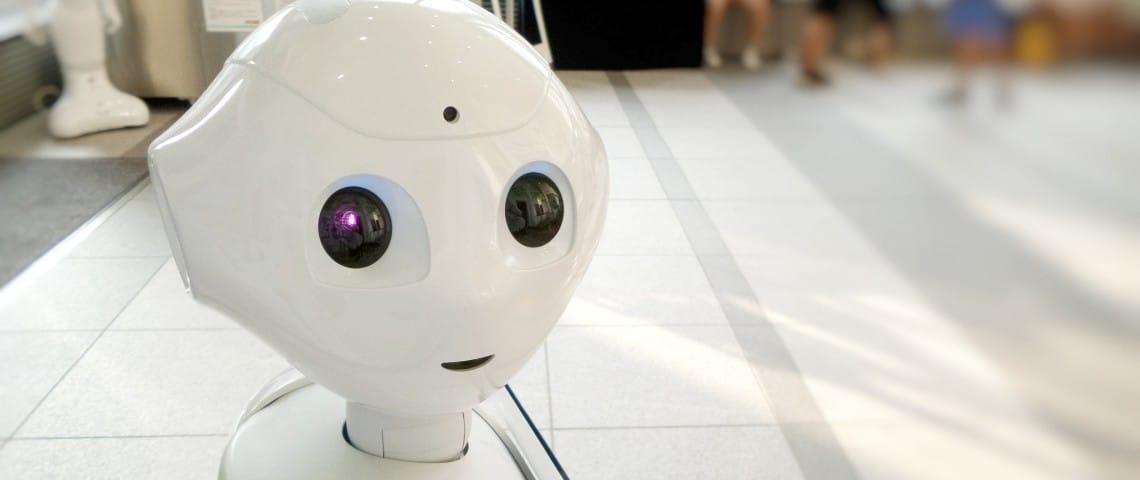 Le robot Pepper dans un hall d'aéroport