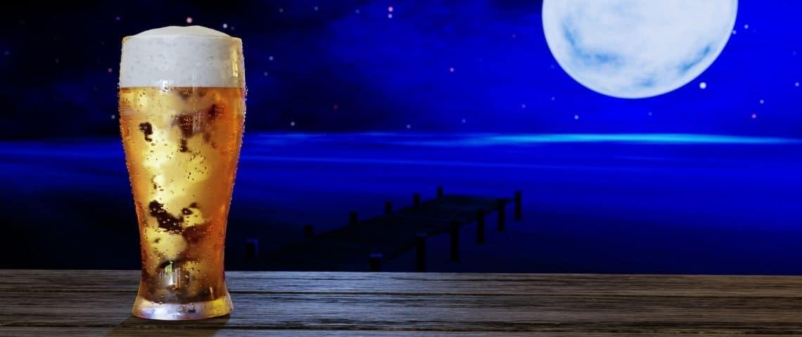 Une bière devant un ciel nocturne, avec une pleine lune