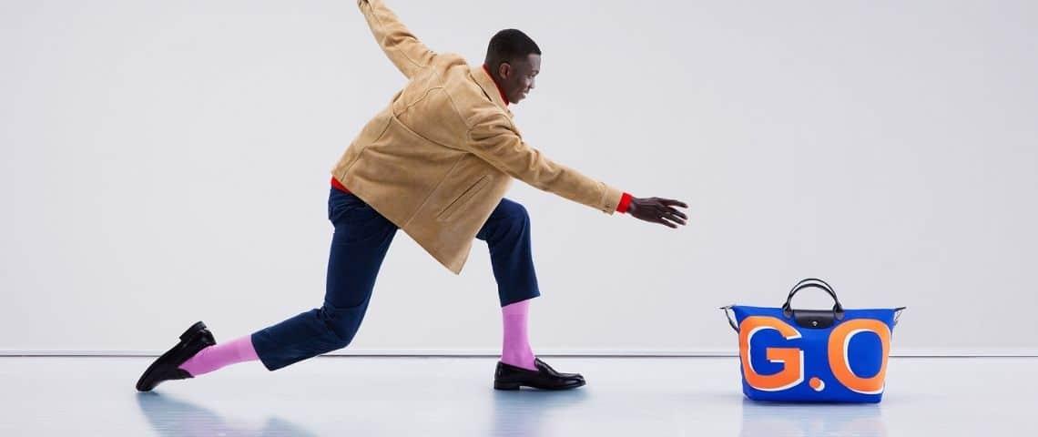 Homme faisant glisser un sac  - pliage -  sur une piste de bowling