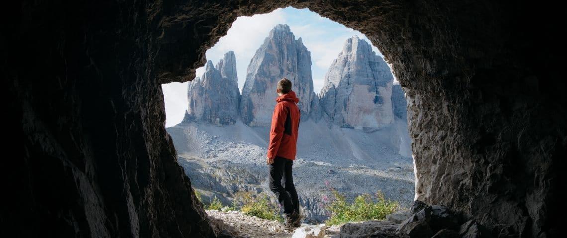 Homme regardant la Montagne