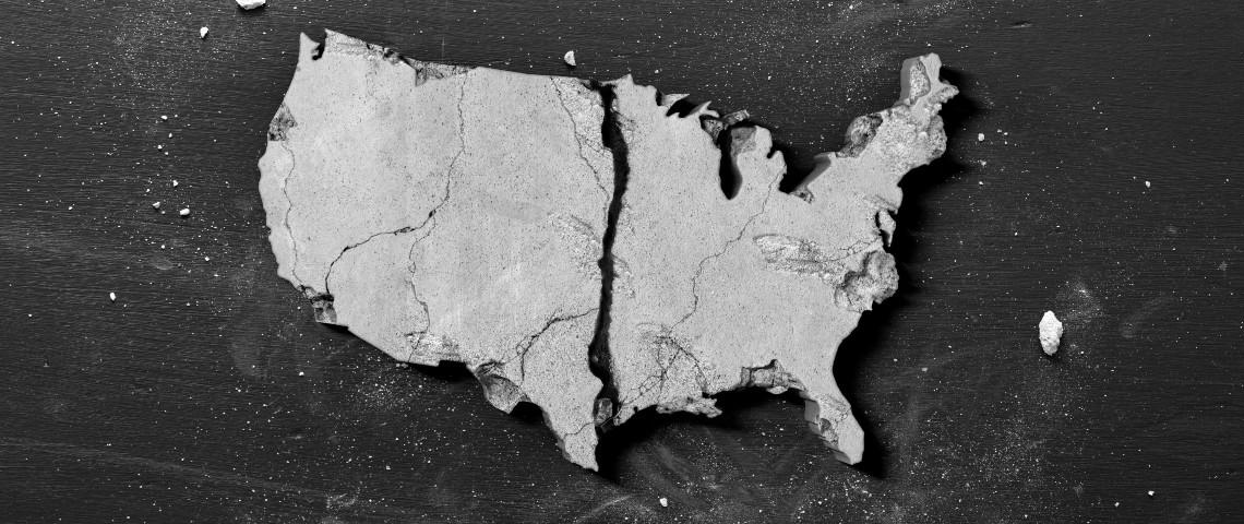 Un bout de pierre à la forme des États-Unis fissurée et brisée