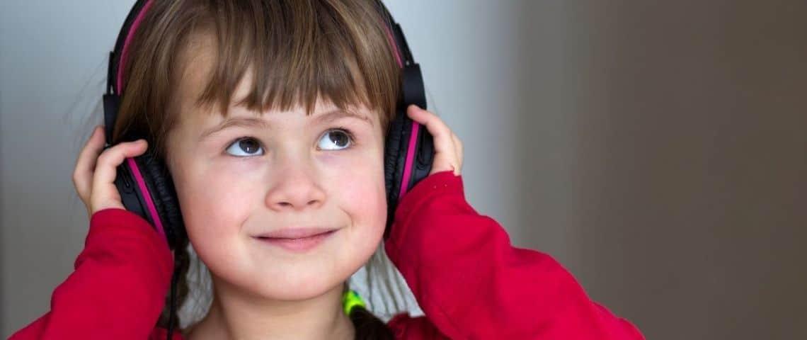 Enfant avec un casque sur les oreilles
