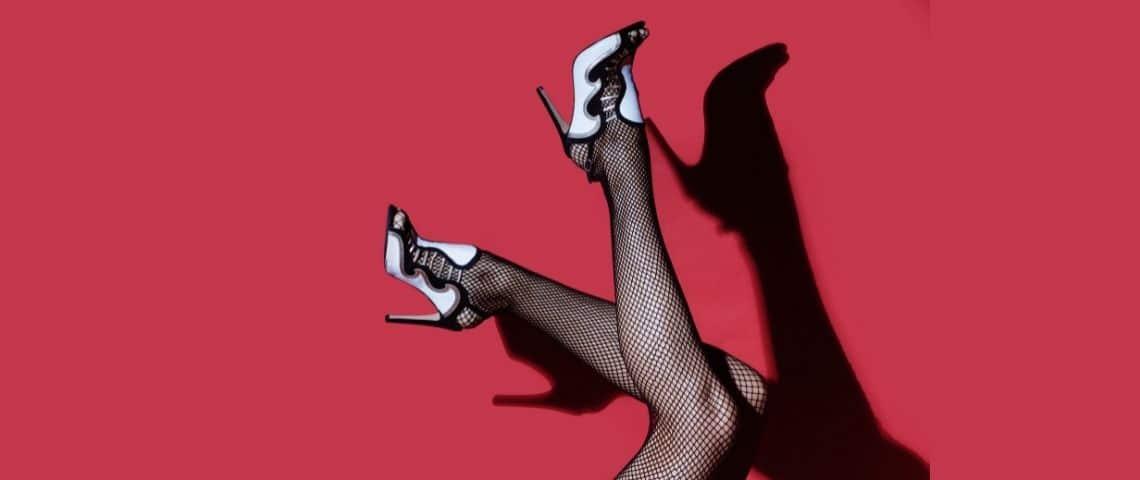 Jambe de femmes avec des bas et des chaussures à talons